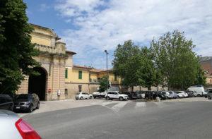 Il parcheggio nell'area dell'ex Pesa pubblica e sulla sinistra Porta Mazzini