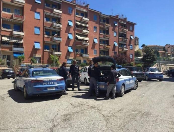 La polizia in via Camerano dopo la rapina alla ex maestra (foto: Marina Verdenelli)