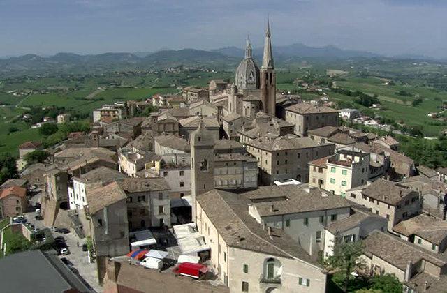 Veduta aerea di santa Maria di piazza a Ostra Vetere e del centro storico