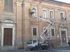 L'intervento dei due apicoltori sulla facciata della scuola