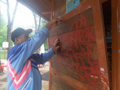 La serranda in legno aperta dai ladri