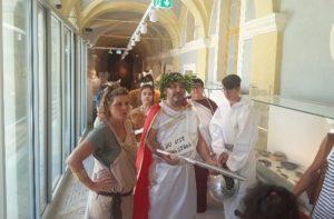 I volontari in costume al museo archeologico di Jesi