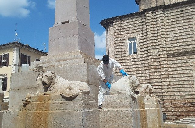Massimo Ippoliti durante i lavori di pulizia