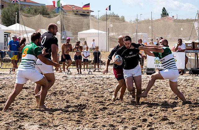 Una competizione di beach rugby a Senigallia durante gli Xmasters