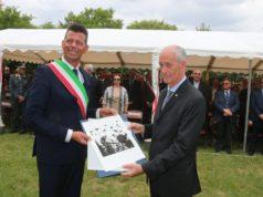 Il sindaco Maurizio Mangialardi omaggia il capo della polizia Franco Gabrielli con un'opera di Lorenzo Cicconi Massi