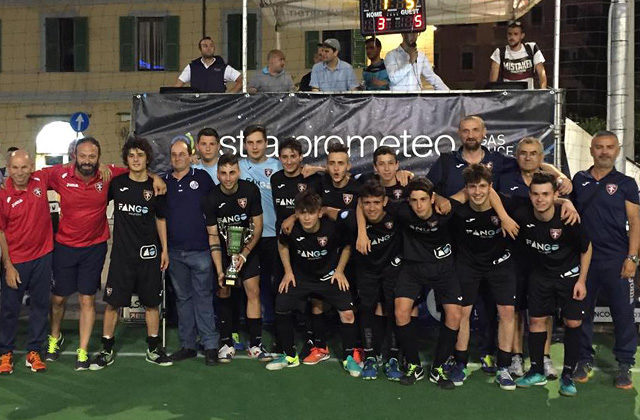 Il Corinaldo Calcio a 5 in festa per la vittoria della supercoppa Marche 2018 con la formazione juniores