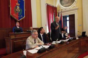 L'intervento del presidente del consorzio di bonifica Claudio Netti durante il consiglio grande di Senigallia