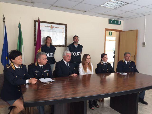 Cinzia Nicolini con il capo della Mobile Carlo Pinto, il questore Oreste Capocasa, il procuratore Irene Bilotta, Francesca Capaldo dello Sco e Michele Morra