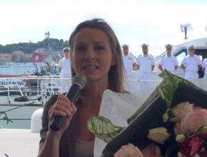 Valentina Vezzali omaggiata di un mazzo di fiori