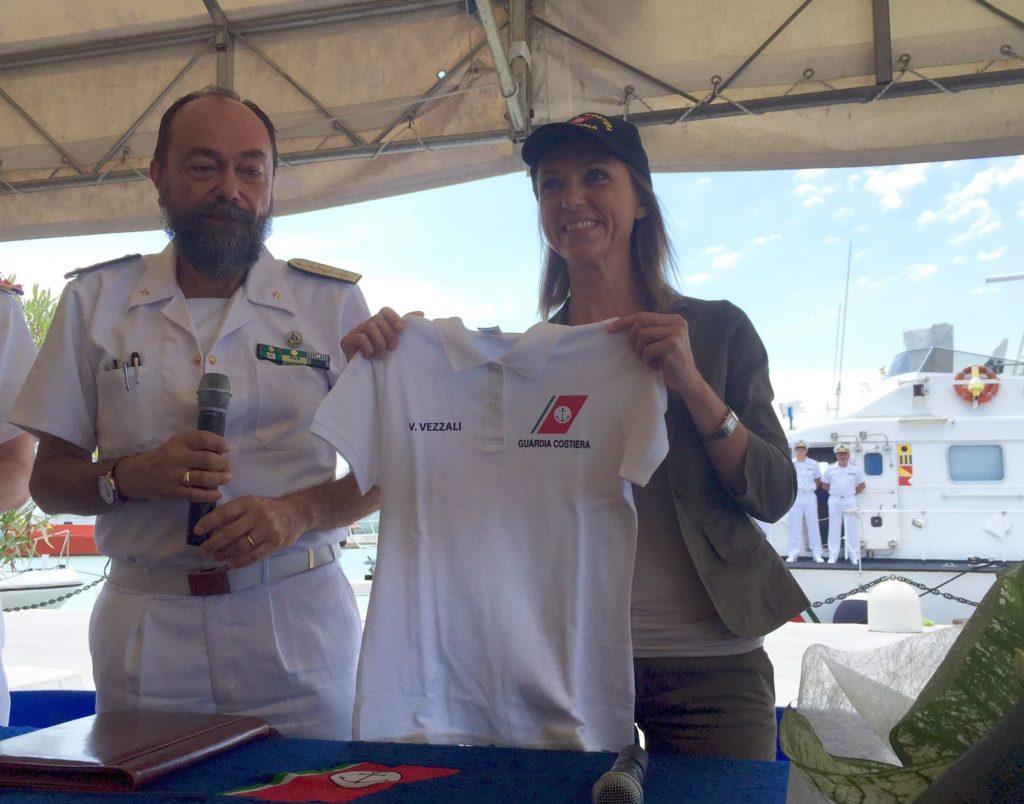 """Valentina Vezzali omaggiata della maglietta della Capitaneria e del berretto per la campagna """"Mare Sicuro"""""""