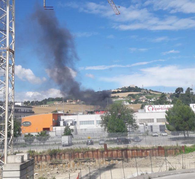 La nuvola di fumo nero che sale dall'edificio