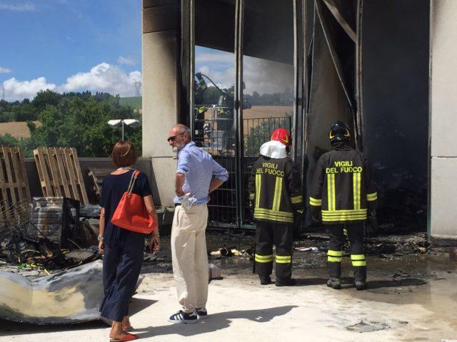 I vigili del fuoco con il titolare dell'ufficio Vittorio Emanuele Longo