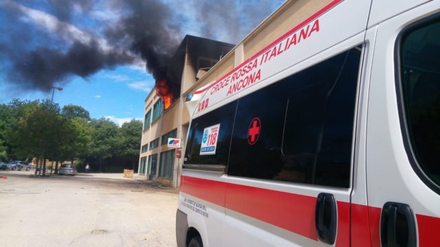 Sul posto anche l'ambulanza della Croce Rossa