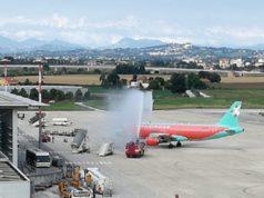 """Cerimonia del """"water cannon"""" per il primo volo atterrato da Kiev (Foto: Aeroporto delle Marche)"""