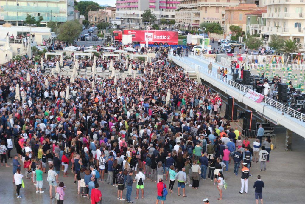 La folla del Caterraduno a Senigallia in occasione del concerto all'alba di Arisa, giugno 2018