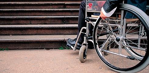 Carrozzina si ribalta su una rampa per disabili, Comune citato in giudizio