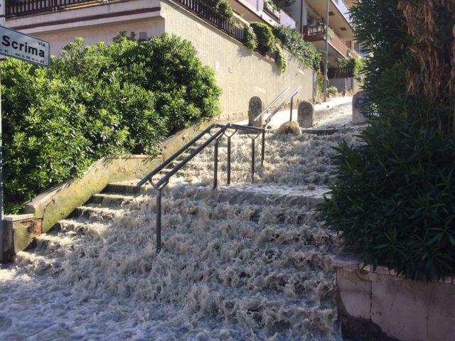 Le scalette di via Scrima, dopo la rottura della condotta idrica