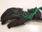 """Un esempio di tecnologia """"wearable"""": il guanto sensorizzato"""