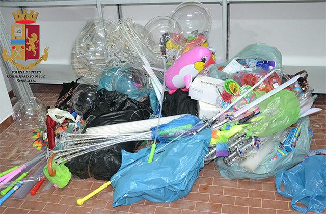 Gli oggetti posti sotto sequestro dalla Polizia di Senigallia