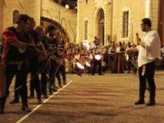 La sfida degli arcieri in programma questa sera in piazza del Comune