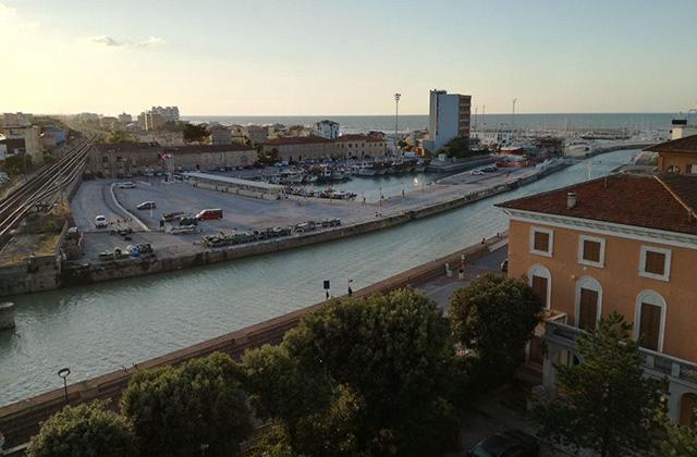 Escavo, scolmatore e molo: i lavori (e le critiche) al porto di Senigallia
