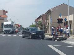 Lo scontro al semaforo a Marzocca di Senigallia: motociclista all'ospedale