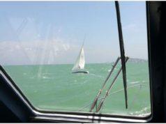 La motovedetta soccorre la barca a vela (Foto: Capitaneria di Porto)