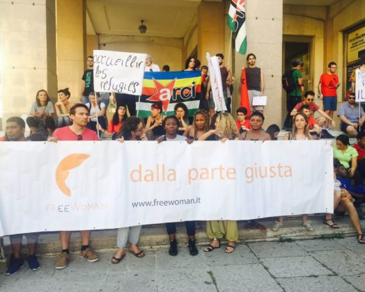 La manifestazione in piazza della Repubblica contro la chiusura dei porti