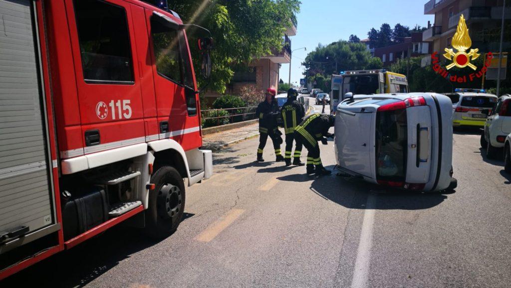 L'auto ribaltata in via del Conero ad Ancona