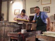 L'attore Giuseppe Battiston intento a fare la carta a mano al Museo di Fabriano