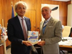 Lo scambio di doni tra il Rettore Sauro Longhi e il Governatore Gabrio Filonzi del Distretto Rotary International 2090