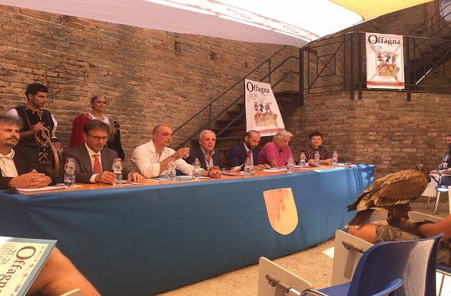 Da sinistra l'ingegner Alberto Binci, il dg di Astea energia Luciano Castiglione, il presidente del comitato delle feste Enrico Santini, il sindaco Ezio Capitani, il direttore della Cna Ancona Massimiliano Santini, l'assessore alla Cultura Fabrizio Bartoli e per l'Amat Daniela Rimei