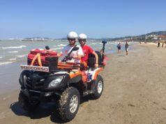 Il quad della Croce Gialla in spiaggia durante i soccorsi