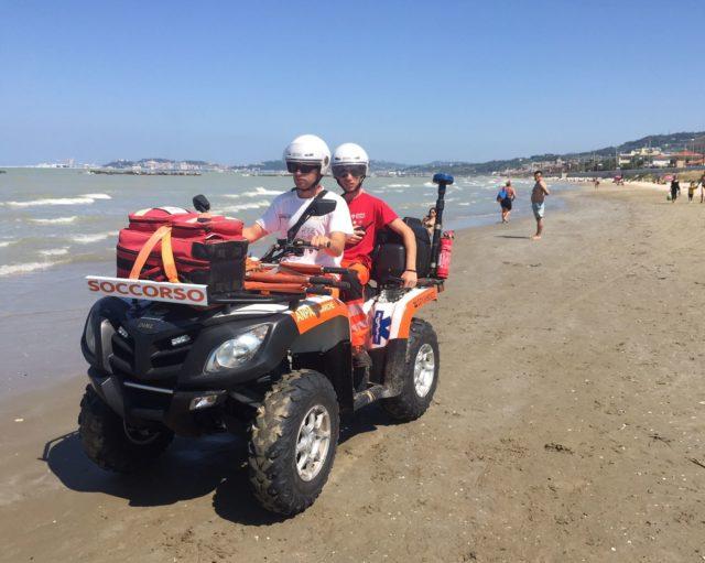 Il quad della Croce Gialla usato per i soccorsi in spiaggia
