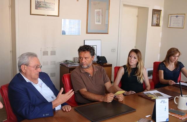 Il presidente della Banca di Filottrano Luciano Saraceni (a sinistra) e il sindaco di Loreto Paolo Niccoletti all'atto della firma