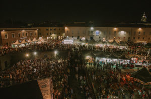 Piazza del Duca e il parterre della Rocca roveresca affollati di persone per il Summer Jamboree. Foto di Guido Calamosca