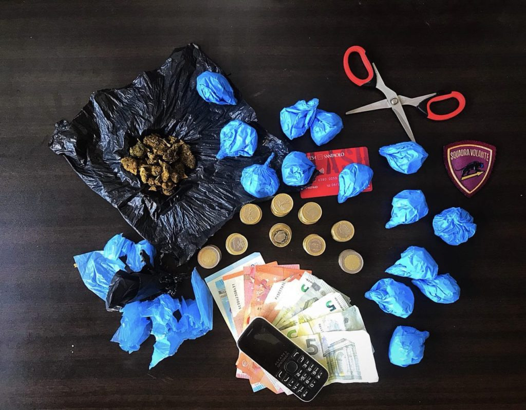 Gli involucri di droga trovati al 25enne, nei calzini