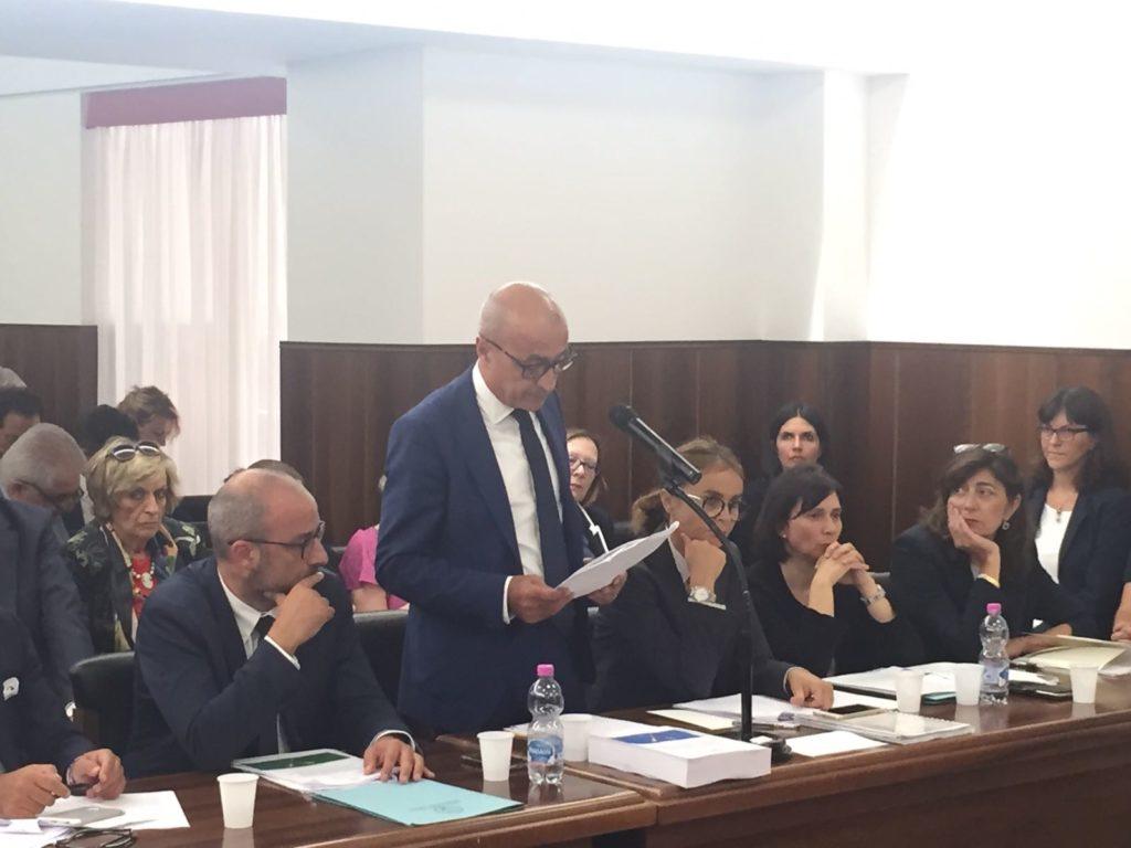 L'assessore regionale al bilancio Fabrizio Cesetti (in piedi) e di fianco il presidente del consiglio regionale Antonio Mastrovincenzo