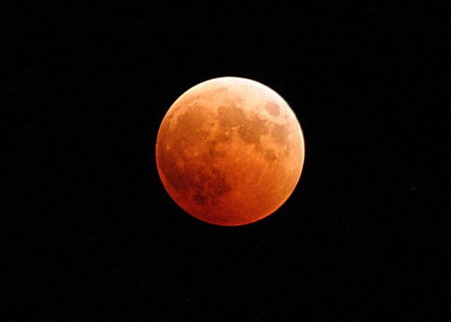 Stasera l'eclissi totale di luna più lunga del secolo. Ecco dove vederla nelle Marche