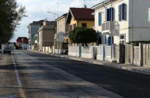 I lavori per il rifacimento dell'asfalto sul lungomare Mameli di Senigallia a luglio