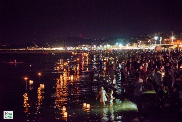 Fiaccole candele galleggianti e spettacoli in migliaia sulla