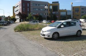 Un tratto del parcheggio di via Giordano Bruno a Senigallia, nei pressi del centro commerciale Il Molino