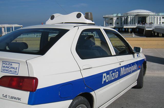 Polizia locale in spiaggia a Senigallia, fuggi fuggi tra i venditori ambulanti