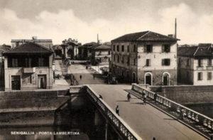 Una vecchia cartolina del rione Porto a Senigallia: via Carducci e porta Lambertina