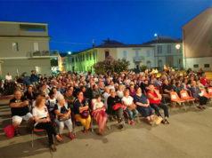 Il pubblico alla parrocchia del rione Porto per l'appuntamento con il teatro dialettale