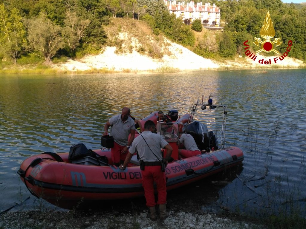 Le ricerche dei vigili del fuoco sul lago di Fiastra