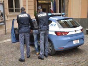 L'arresto a opera delle volanti della Polizia