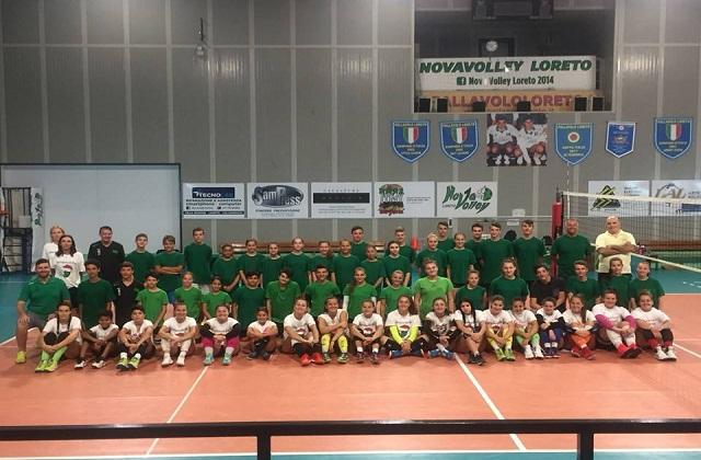 Una foto di gruppo del campus Nova Volley