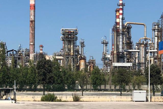 Falconara, Ministeri della Salute e dell'Ambiente informati di esalazioni e rumori provenienti dalla raffineria