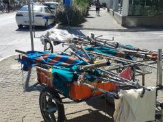 Uno dei carrelli usati per la vendita abusiva di merce in spiaggia